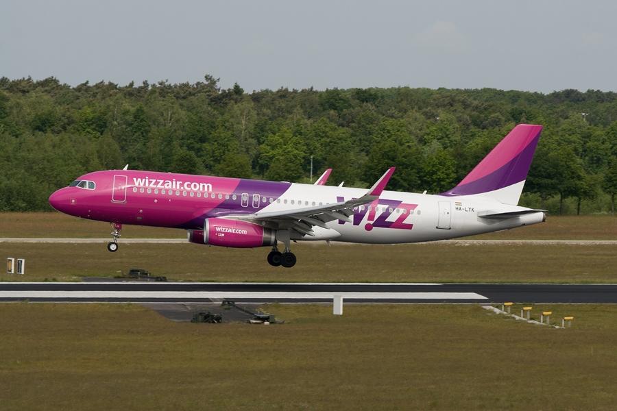 Wizz Air érkezik. A fotó a parkolóház tetejéről készült