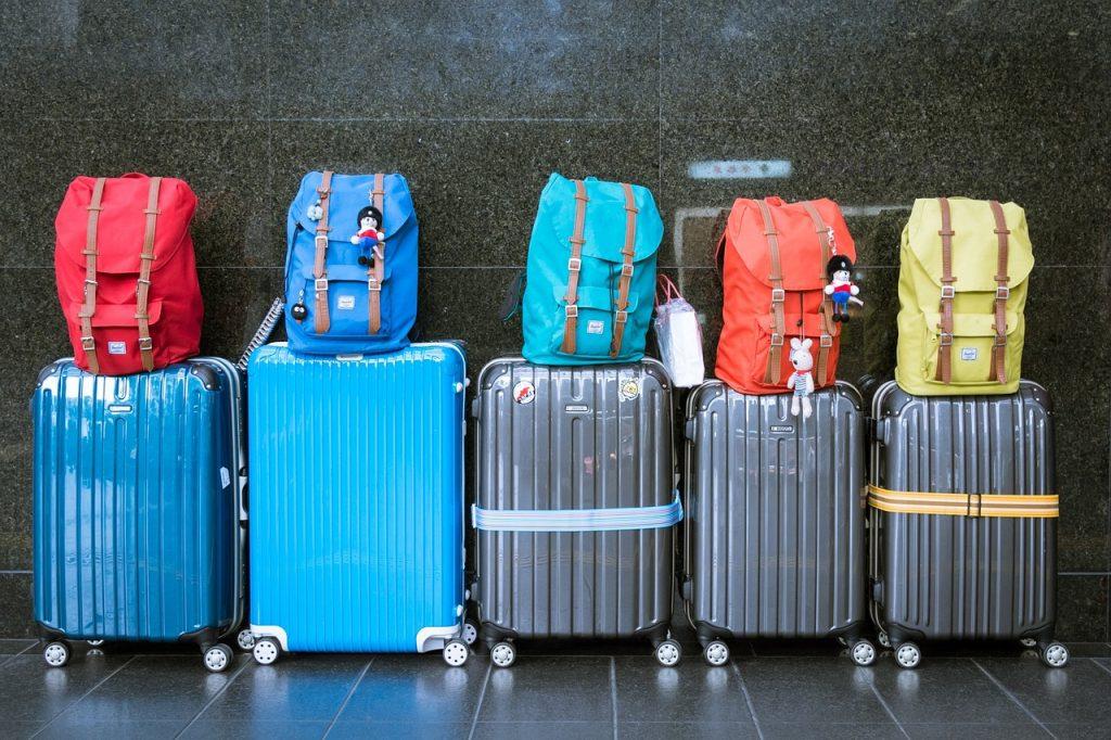 f3f1412b4c16 Kemény vagy puha fedelű bőröndöt válasszak a repülős utazáshoz? Milyen  méretű kézipoggyászt vihetek fel a fapados gépekre? Néha még a tapasztalt  utazók is ...