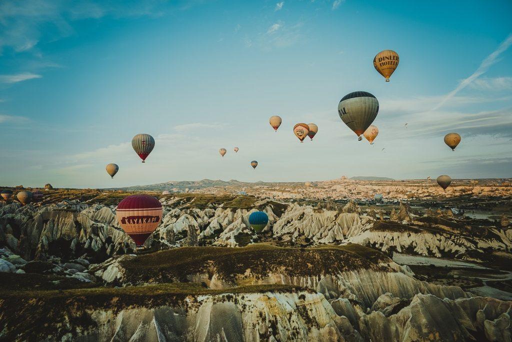 Romantikus: Hőlégballonozz a mesés Kappadókia felett a naplementében!