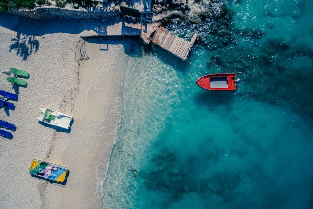 Európa egyik legszebb tengerpartja, Ksamil egy hét nagyon jó értékelésű szállással és reggelivel: 57.380 Ft-ért!