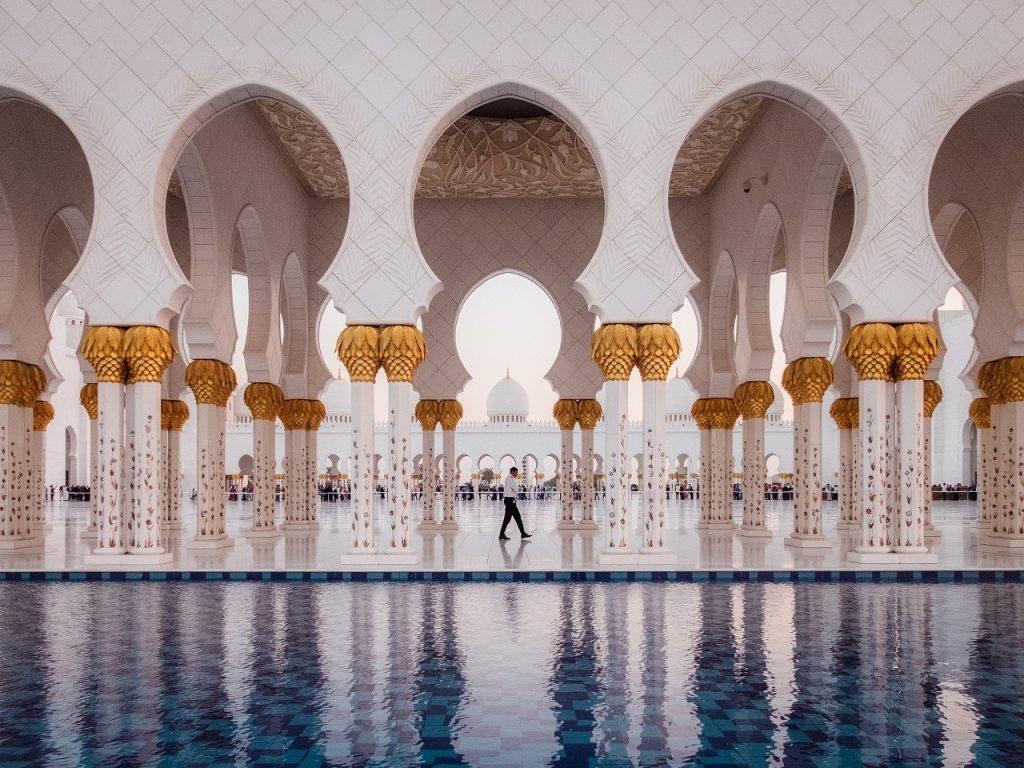 Ilyen még nem volt: retúr repülőjegy Abu Dhabiba 6.704 Ft-ért!