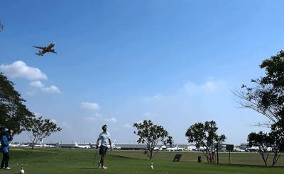 Ez az egyetlen golfpálya a világon, ami egy repülőtéren van kiépítve
