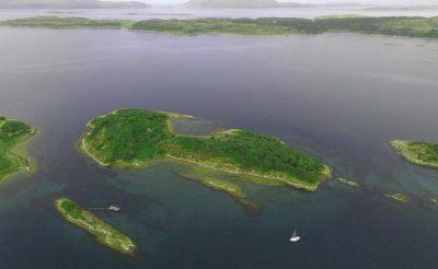 Mindig arról álmodoztál, hogy egy lakatlan szigeten élhess? Itt a lehetőség! Skóciában pont van egy eladó