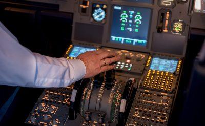 """""""Kedves Utasaink! A gép műszaki okok miatt fél órával később indul, addig jöjjenek, készítsünk közös képet a pilótafülkében!"""""""