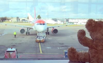 Fontos, hogy segíts! Plüssök százai karácsonyoznak a lutoni repülőtéren magányosan!
