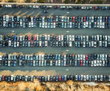 Így parkolj a repülőtéren! Fontos tudnivalók az autóval érkezőknek