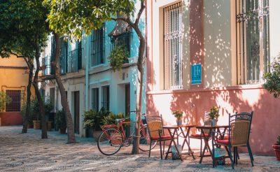 Óriási visszaesés: 73 százalékkal kevesebb turista utazott eddig Spanyolországba
