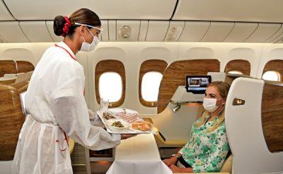 Maszkban és kezeslábasban várják az Emirates légiutaskísérők a magyar utazókat