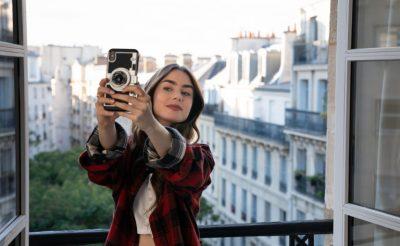 """Egy amerikai lány Párizsban – széljegyzetek a Netflix """"Emily Párizsban"""" c. sorozatának ajánlóihoz"""