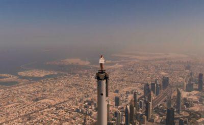 Az Emirates légiutaskísérője a világ legmagasabb épületének tetején állva promózza a légitársaságot