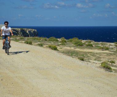 """Off-road bicikli túra Gozo szigetén, az """"új"""" Azúr ablaktól a Sólepárlókig"""